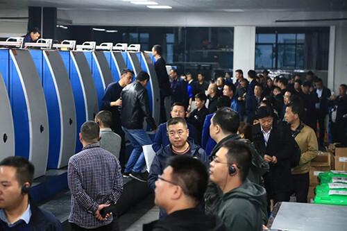 黄石站嘉宾参观湖北劲佳包装有限公司并观看高宝RA106-9+LTT +1+L ALV2 FAPC UV印刷机的现场生产.jpg